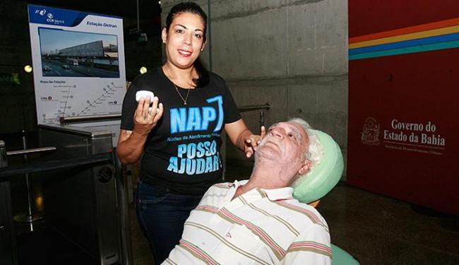 Assessor jurídico Paulo Dias recebe atendimento na Estação Campo da Pólvora - Foto: Edilson Lima l Ag. A TARDE