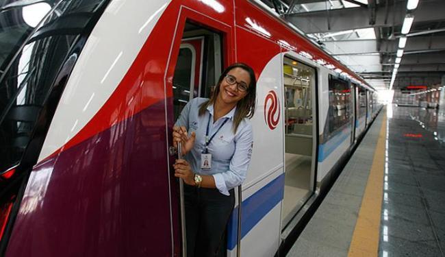 Operadora Tamyris Silva faz pose em trem da Linha 2 - Foto: Xando Pereira l Ag. A TARDE