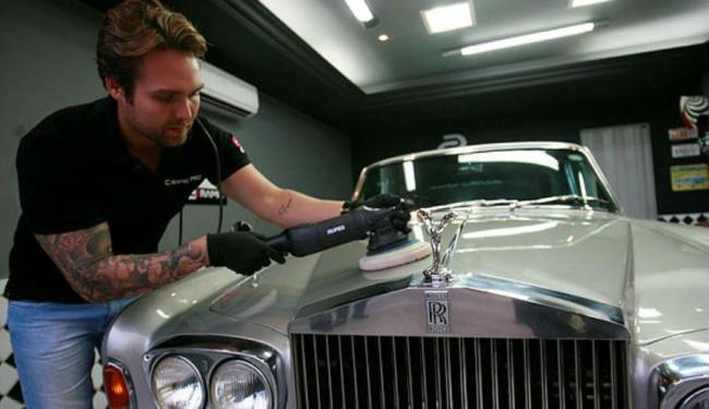 Leonardo faz a limpeza e tratamento na carroceria - Foto: Mila Cordeiro | Ag. A TARDE