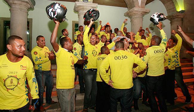 Mais de 100 mototaxistas da Asmop-BA comemoraram a aprovação da lei na Câmara Municipal - Foto: Mila Cordeiro l Ag. A TARDE
