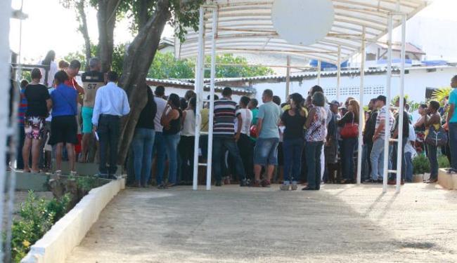 Com medo, familiares não deixaram a imprensa entrar no local do enterro - Foto: Margarida Neide | Ag. A TARDE
