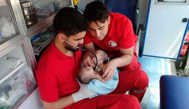 Os gêmeos Nawras e Moaz nasceram dia 23 de julho deste ano, em Ghouta - Foto: Divulgação | Crescente Vermelho da Síria