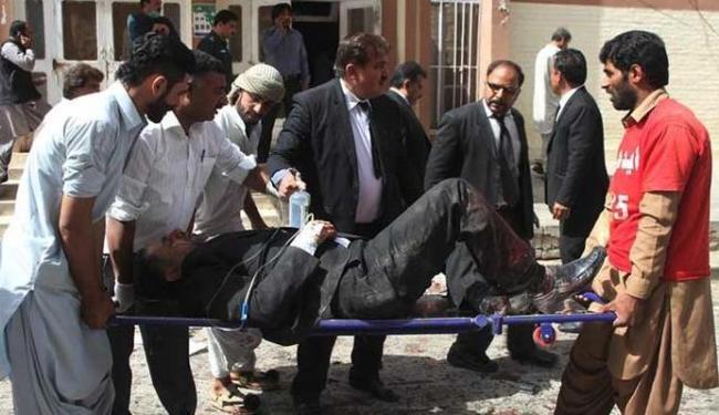 Explosão ocorreu quando cerca de 100 advogados e jornalistas se concentravam no hospital - Foto: Naseer Ahmed   Reuters