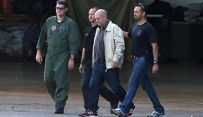 Paulo Bernardo na época em que foi preso sendo conduzido por agentes da PF - Foto: Adriano Machado | Estadão Conteúdo