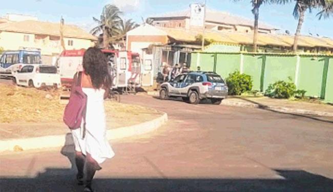 Policiais e agentes da Samu onde Bertolina de Andrade Silva foi encontrada com partes do corpo queim - Foto: Jorge Sá | Divulgação