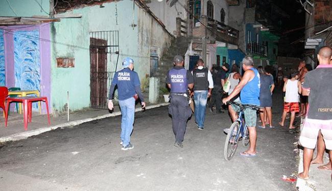 Equipe da Polícia Técnica foi à noite até o imóvel, palco do crime no bairro de Periperi - Foto: Adilton Venegeroles| Ag. A TARDE
