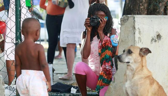 Carina Regina, 28 anos, experimentou fotografar depois de receber orientação - Foto: Adilton Venegeroles l Ag. A TARDE