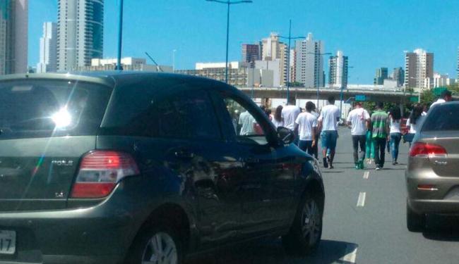 Protesto causa lentidão no trânsito de algumas avenidas, como na da Tancredo Neves - Foto: Bruno Porciuncula   Ag. A TARDE