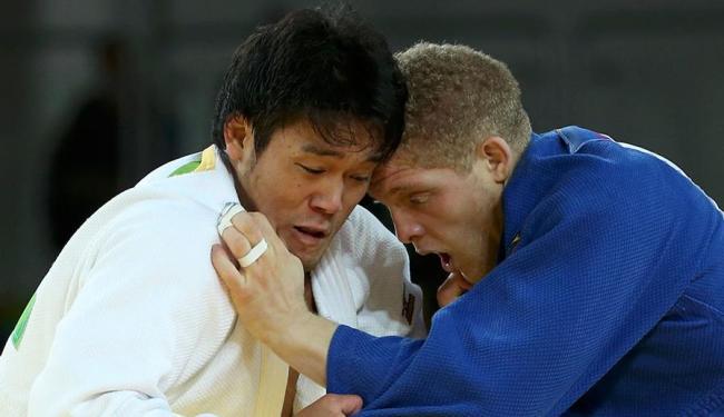 Buzacarini foi mais ativo na luta, mas punição deu vitória para japonês - Foto: Toru Hanai   Agência Reuters