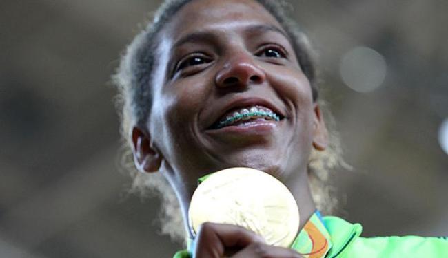 Sorriso só apareceu no semblante concentrado e determinado de Rafaela após receber o ouro no pódio - Foto: Alaor Filho l Exemplus l COB