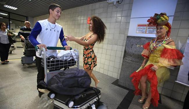 """""""Carmem Miranda"""" observa """"Gabriela"""" amarrar fitinha do Bonfim em visitante - Foto: Joá Souza / Ag. A TARDE"""
