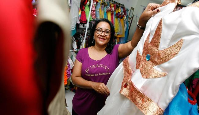 Reparo de roupa responde por 20% da renda de Urânia Silva - Foto: Mila Cordeiro l Ag. A TARDE