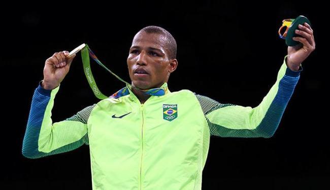 Com olhar seguro de quem 'sobrou' na Rio-2016, Robson exibe sua medalha de ouro - Foto: Peter Cziborra   Divulgçaão