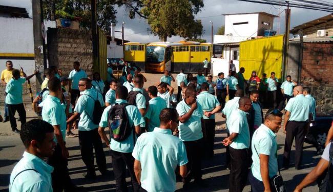 Trabalhadores do sistema complementar protestam enfrente a garagem de uma cooperativa - Foto: Edilson Lima | Ag. A TARDE