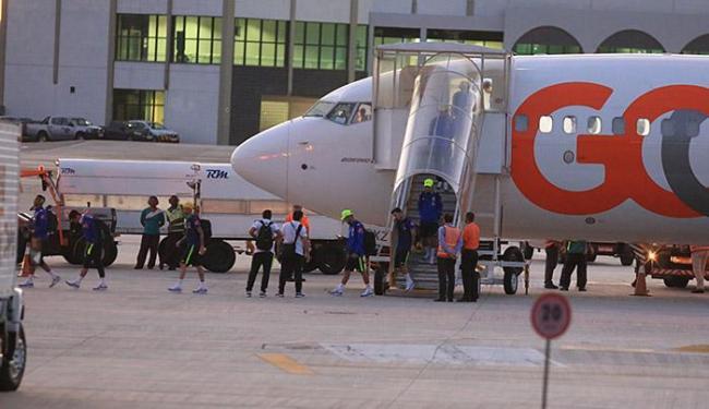 Bem isolada, seleção masculina desembarca pelo terminal de cargas do aeroporto de Salvador - Foto: Joá Souza l Ag. A TARDE