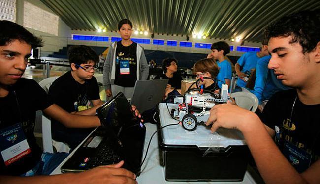 Garotada se dividiu em equipes que construíram os robôs envolvidos nas provas - Foto: Joá Souza   Ag. A TARDE