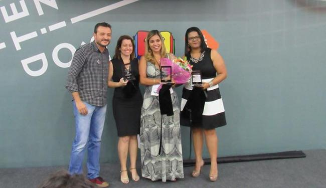 Tatiana Amaral (com as flores) lançou a terceira parte do livro O Professor - Foto: Divulgação