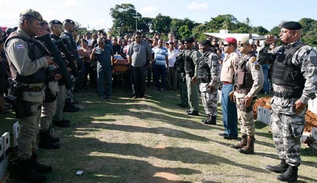 Além de amigos e parentes, diversos colegas de trabalho acompanharam o enterro de Tayrone - Foto: Edilson Lima | Ag. A TARDE