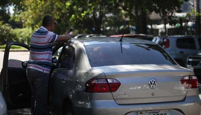 Motorista do Uber há 15 dias, Michael, 39, era taxista - Foto: Adilton Venegeroles   Ag. A TARDE