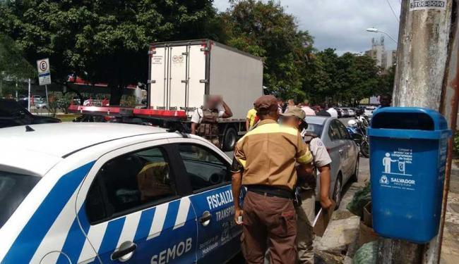 Transalvador e PM foram chamadas ao local após emboscada realizada por taxistas - Foto: Edilson Lima | Ag. A TARDE