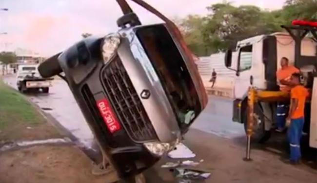 Van foi desvirada após capotar na avenida Tancredo Neves - Foto: Reprodução | TV Bahia