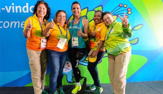 A velejadora brasileira Marinalva de Almeida posa com voluntários - Foto: Alexandre Vidal l Rio 2016