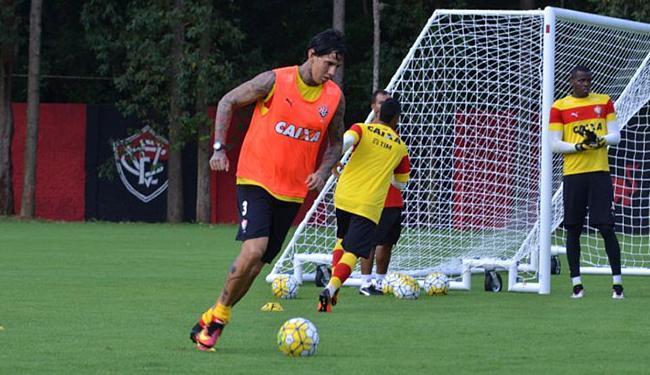 Victor Ramos (C) volta à zaga rubro-negra diante do Verdão - Foto: Francisco Galvão l EC Vitória