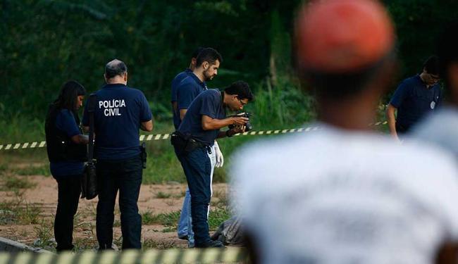 Polícia técnica realiza perícia em corpo de homem assassinado - Foto: Joá Souza | Ag. A TARDE | 10.11.2014