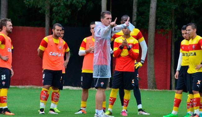 Sob chuva, Mancini orienta os jogadores durante atividade no Barradão - Foto: Francisco Galvão | EC Vitória