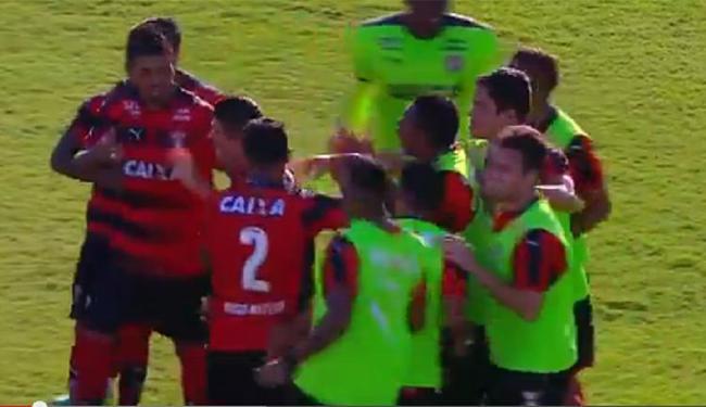 Jogadores do Leão comemoram com Diego Renan, após abrir o placar no Barradão - Foto: Reprodução l YouTube
