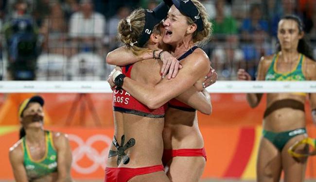 Americanas comemoram o bronze sob os olhares das brasileiras - Foto: Tony Gentile | Agência Reuters