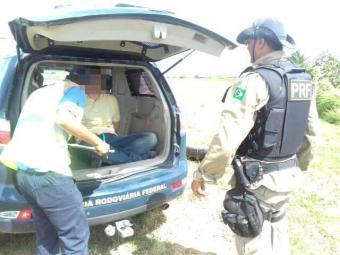 Homem foi imobilizado logo após entrar em luta com os policiais - Foto: Divulgação   PRF