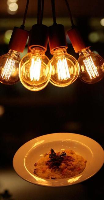 Risoto de camarão com coco do Riz Bistrot é acompanhado por alho poró frito, coentro e castanha - Foto: Adilton Venegeroles | Ag. A TARDE