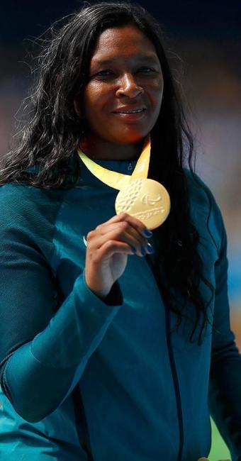 Shirlene exibe seu merecido ouro paralímpico - Foto: Jason Cairnduff   Reuters