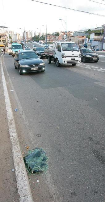 Vidros quebrados no chão da pista - Foto: Margarida Neide | Ag. A TARDE