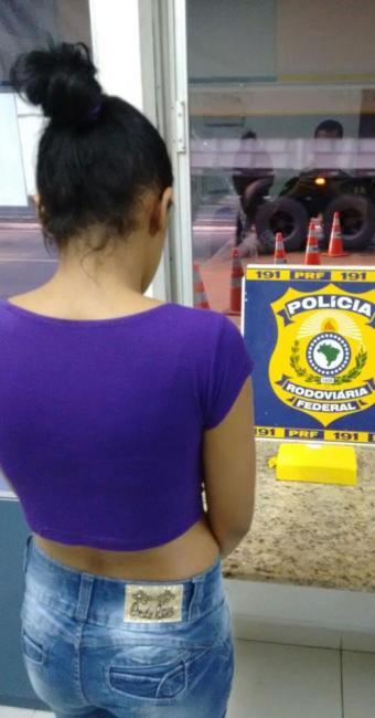 Os agentes da PRF desconfiaram após encontrarem dois bilhetes de passagem com a passageira - Foto: Divulgação   PRF