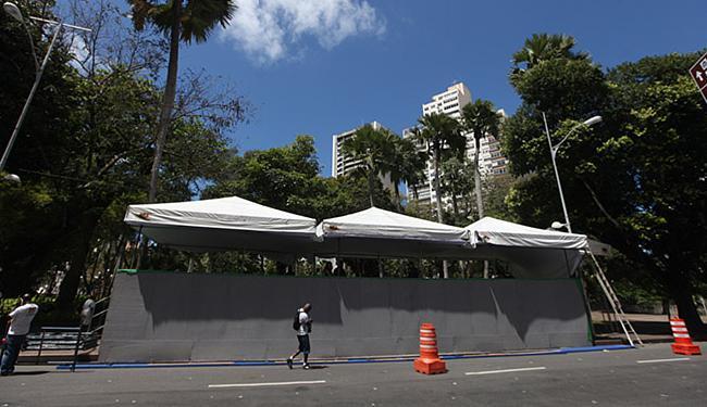Palanque para autoridades e convidados da celebração da data cívica, no centro, está pronto - Foto: Raul Spinassé l Ag. A TARDE