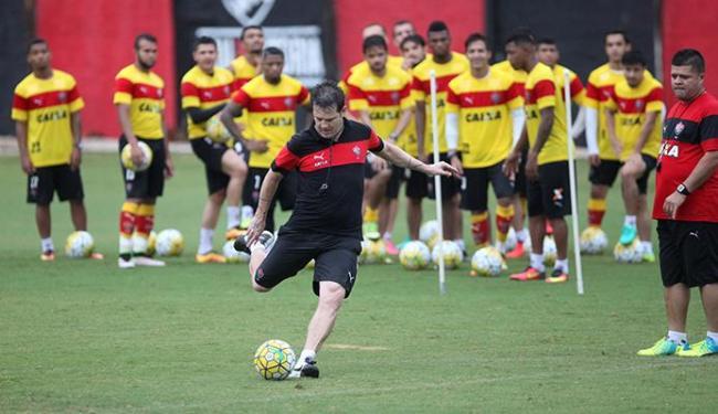 Argel mostrou aos jogadores como se cobrar falta em treino - Foto: Adilton Venegeroles | Ag. A TARDE