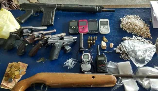 Três revólveres calibre 38, uma pistola 380, um simulacro de fuzil 762 e drogas foram apreendidos - Foto: Polícia Militar