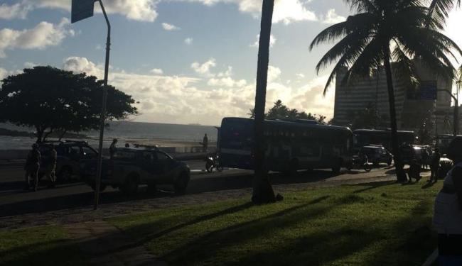 Policiais cercaram o ônibus após bandido assaltar passageiros no veículo - Foto: Cidadão Repórter | WhatsAPP