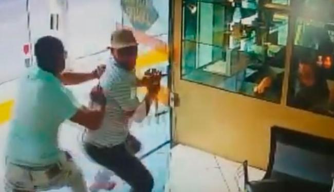 PM surpreendeu bandido, empurrando ele contra uma porta de vidro; policial acabou sendo baleado - Foto: Reprodução | Youtube