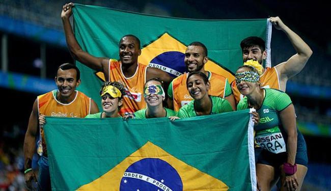 As atletas cruzaram a linha de chegada com o tempo de 47s57 - Foto: Ricardo Moraes l Reuters