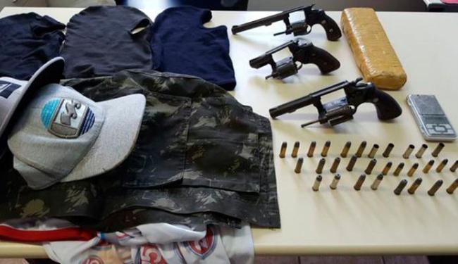 Armamentos e roupas encontradas com o grupo interceptado pela polícia - Foto: Divulgação   SSP/BA