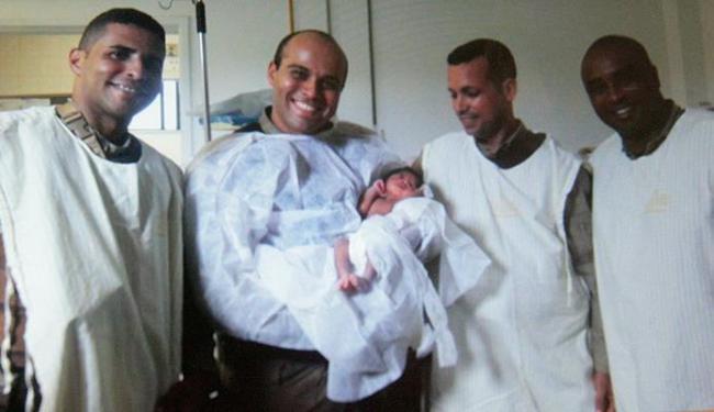 Policiais que atuaram no caso posam com bebê encontrado com morador de rua - Foto: Margarida Neide | Ag. A TARDE
