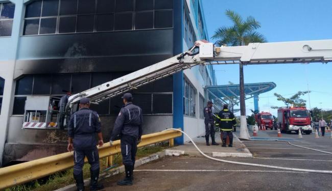 Bombeiros continuam no local - Foto: Edilson Lima | Ag. A TARDE