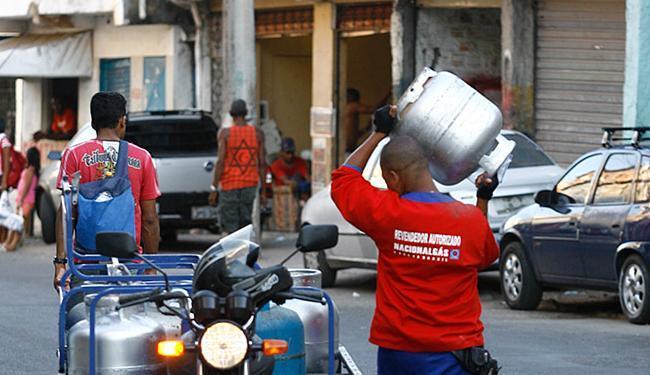Botijão de gás é encontrado por até R$ 70 a partir desta segunda - Foto: Xando Pereira l Ag. A TARDE