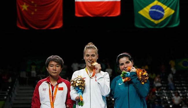 Bruna (D) dedicou a medalha ao povo brasileiro e às pessoas que a ajudaram ao longo da carreira - Foto: Carlos Garcia l Reuters