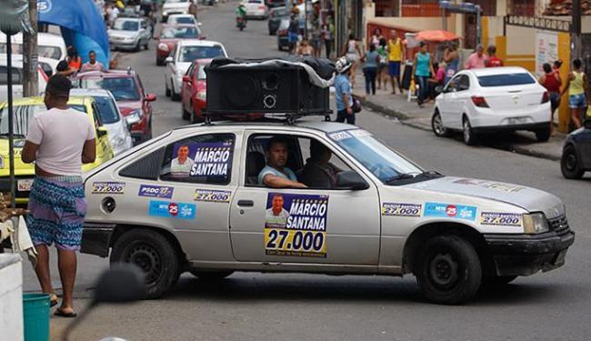 A propaganda política para as eleições municipais deste ano já tomou conta da cidade - Foto: Raul Spinassé l Ag. A TARDE