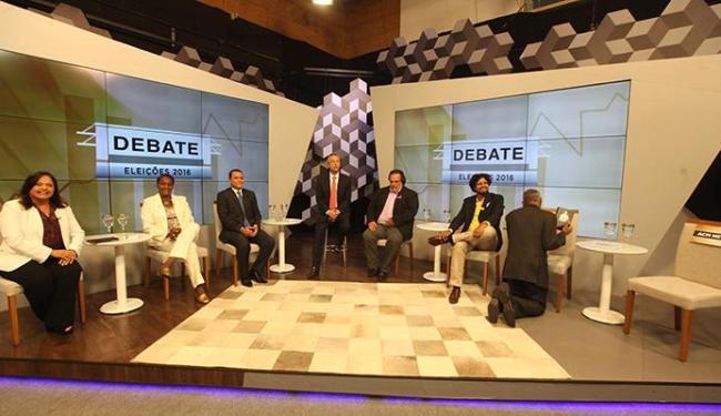 Candidatos se preparam para primeiro debate na televisão; Pastor Isidório de Santana ajoelha para re - Foto: Adilton Venegeroles | Ag. A TARDE