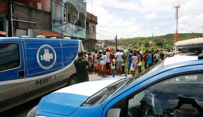 Ednílson, 24, foi morto na porta de casa na Travessa Djalma Sanches, São Marcos - Foto: Edilson Lima | Ag. A TARDE
